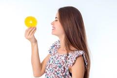 Ragazza con le fette arancio in mani Fotografia Stock