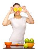 Ragazza con le fette arancioni Fotografia Stock Libera da Diritti