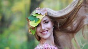 Ragazza con le foglie di autunno ed i capelli lunghi e bei Autunno della ragazza video d archivio