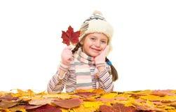 Ragazza con le foglie di autunno su bianco Immagini Stock