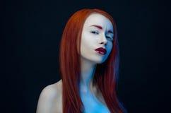 Ragazza con le labbra rosse di rosso dei capelli Fotografie Stock