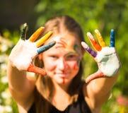 Ragazza con le mani nella vernice Fotografia Stock