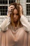 Ragazza con le perle intorno lei braccio Fotografia Stock