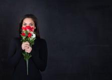 Ragazza con le rose rosse a disposizione fotografie stock libere da diritti