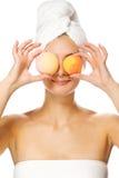 Ragazza con le sfere del bagno dell'aroma Fotografia Stock Libera da Diritti