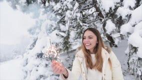 Ragazza con le stelle filante sulla foresta a neve stock footage
