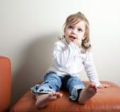 Ragazza con le sue dita in lei bocca Fotografie Stock
