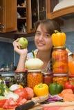 Ragazza con le verdure ed i vasi Immagini Stock Libere da Diritti