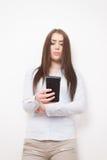 Ragazza con lo smartphone Fotografia Stock Libera da Diritti