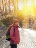 Ragazza con lo zaino che cammina nel parco Fotografie Stock Libere da Diritti