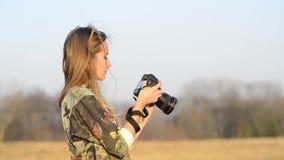 Ragazza con luce solare della macchina fotografica stock footage