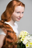 Ragazza con lungamente lucidare capelli rossi Fotografia Stock Libera da Diritti
