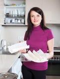 Ragazza con pasta deposito-comprata pronta a casa Fotografia Stock