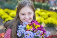 Ragazza con sindrome di Down nel parco di autunno fotografia stock libera da diritti