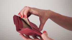 Ragazza con smalto rosso che apre la sua borsa rossa vuota video d archivio