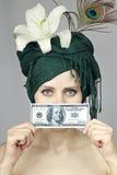 Ragazza con soldi vicino alla persona fotografia stock libera da diritti