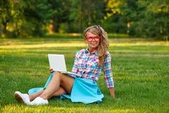 Ragazza con sorridere del computer portatile Fotografie Stock Libere da Diritti