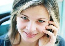 Ragazza con sorridere del telefono mobile Fotografia Stock