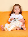 Ragazza con suo fratello neonato fotografie stock