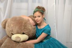 Ragazza con teddybear enorme Immagini Stock Libere da Diritti