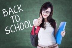 Ragazza con testo di nuovo alla scuola ed al segno GIUSTO Immagini Stock Libere da Diritti