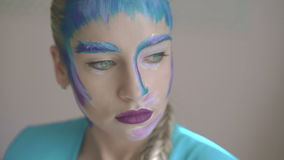 Ragazza con trucco di arte della regina della neve che fissa sulla macchina fotografica 4K archivi video