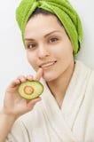 Ragazza con un asciugamano verde sulla sua testa fotografia stock libera da diritti