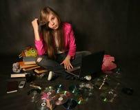 Ragazza con un calcolatore Fotografie Stock Libere da Diritti