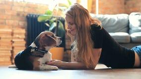 Ragazza con un cane archivi video