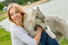 Ragazza con un cane nella natura immagine stock libera da diritti