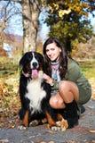 Ragazza con un cane nella sosta Immagine Stock