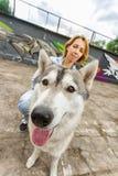 Ragazza con un cane sulla via immagine stock