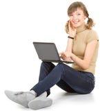 Ragazza con un computer portatile Immagini Stock