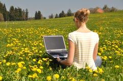 Ragazza con un computer portatile Immagini Stock Libere da Diritti