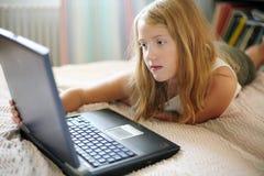 Ragazza con un computer portatile Immagine Stock Libera da Diritti