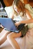 Ragazza con un computer portatile Fotografie Stock