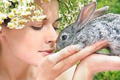 Ragazza con un coniglio Fotografia Stock Libera da Diritti