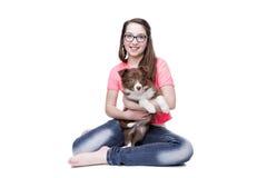 Ragazza con un cucciolo di cane di border collie Fotografie Stock