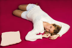 Ragazza con un cuscino Fotografie Stock Libere da Diritti