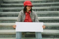 Ragazza con un documento per l'annuncio a disposizione Fotografie Stock