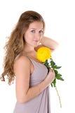 Ragazza con un fiore giallo Fotografia Stock