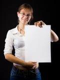 Ragazza con un foglio di carta Immagine Stock