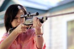 Ragazza con un fucile Fotografia Stock