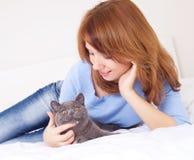 Ragazza con un gatto Fotografie Stock Libere da Diritti