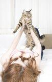 Ragazza con un gatto Immagini Stock Libere da Diritti
