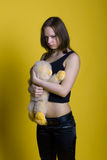 Ragazza con un giocattolo - scimmia Immagine Stock