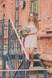 Ragazza con un grande mazzo dei tulipani fotografia stock