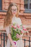 Ragazza con un grande mazzo dei tulipani immagini stock libere da diritti