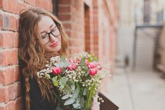 Ragazza con un grande mazzo dei tulipani fotografia stock libera da diritti