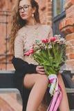 Ragazza con un grande mazzo dei tulipani immagine stock